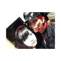 WEBSTA @ i_am_mayuge - #ハロウィン◇◇昨日はハロウィンだったね🎃一昨年ゾンビ警官に仮装して以来なーんもしてない😞ハロウィンはわいわいするのも好きなんだけどメイクがすっごい楽しくて好き!!普段血糊使う事なんてないじゃん?w髪も真っ赤に染めたりめちゃくちゃ楽しかったwまたやりたいなー👻__#HW#Happy#Halloween#仮装#ゾンビ#警官#ゾンビ警官#血糊#傷メイク#血#白コン#メイク#マニパニ#ヴァンパイアレッド