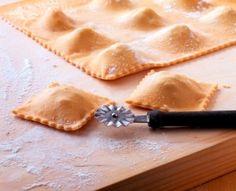 Recette de la pâte à raviolis - 150g de semoule fine + 150g de sarrasin + 3oeufs + 1c s huile olive + sel /  voir livre   P64 morue tomate cerises.  p60 - tortellini saumon pistache  p40 pihnon anchois brocolis p34 chou patates pancetta p28 aux cepes  p26 safran blettes epinards  p24 epinards ricotta parmesan  p22 brie noisette courgettes  p18 gorgonzola noix  p16 ricotta & herbes  p14 chevres tomates confites pesto  p12 3 fromages
