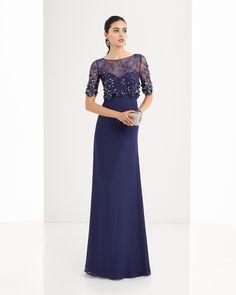 Vestido de crepe georgete, renda e brilhantes disponível em prateado, azul-marinho e fúcsia.