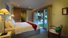 Villa 4 kamar disewakan harian di Bali. kamar tidur modern menghadap ke taman tropis di villa Thiara