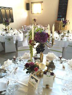 Hochzeitsdekoration auf einem Weingut mit goldenen Kerzenleuchtern