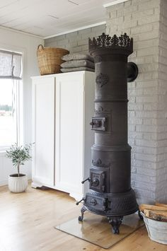 look at that stove Into The Woods, Cuisinières Vintage, Scandinavian House, Scandinavian Fireplace, Coal Stove, Cast Iron Stove, Antique Stove, Vintage Stoves, Deco Retro