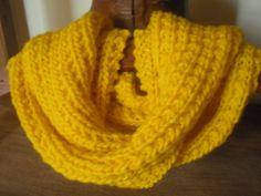 Tricô Sem Costura : Cachecol com agulhas grossas: receita super fácil! Loom Knitting Scarf, Crochet Scarves, Crochet Clothes, Hand Knitting, Knit Crochet, Knitting Patterns, Crochet Patterns, Crochet Hats, Cowl Patterns