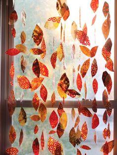 Herbstgirlande für die Eingangstür basteln mit buntem Geschenkpapier