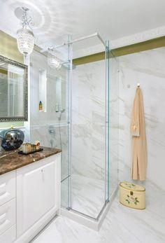 Podwieszony sufit, wykończony listwą sztukateryjną, nie razi nowoczesnym wyglądem. Za listwą ukryto taśmy LED, a nad lustrem - żarówki LED, ...