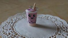 Süßer Kawaii Bubble tea Charm, verziert mit einer Erdbeerscheibe und einem Strohalm Von cookielus cakes and sweets auf DaWanda.com