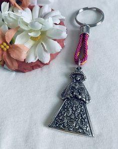 Llavero de la Virgen del Rocío. Hecho a mano. Materiales: acero. 3.99€ #virgendelrocio #souvenirs #llaveros #regalos Personalized Items, Steel, Souvenirs, Presents, Hand Made