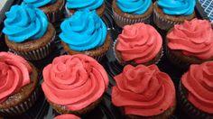 cupcakes de chocolate, recheio de morango e cobertura de baunilha com corante