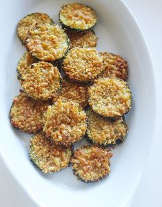 Zucchini Parmesan Chips: The next time you have the urge to eat something savory, crispy, and crunchy, let these baked zucchini chips curb your deep-fried cravings for just 94 calories. Parmesan Chips, Baked Zucchini Parmesan, Bake Zucchini, Healthy Zucchini, Recipe Zucchini, Fried Zucchini, Shredded Zucchini, Zuchinni Chips, Zucchini Rounds