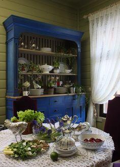 Фото интерьера кухни деревянного дома в стиле кантри