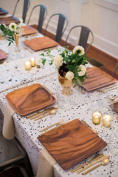 platos de madera, mantel de manchitas
