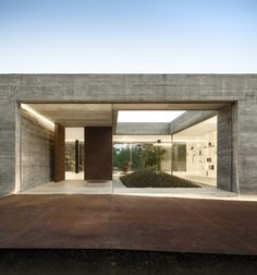 architecture office spaceworkers has designed 'sambade house' as an elongated concrete volume which takes in expansive views of the portuguese countryside. Minimalist Architecture, Contemporary Architecture, Interior Architecture, Garden Architecture, Contemporary Landscape, Exterior Tradicional, Haus Am Hang, Concrete Houses, Contemporary Decor