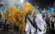A rainha de bateria Patricia Nery com o sambista Diogo Nogueira (à direita) desfilam pela Portela.