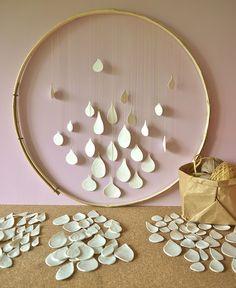 Tambour bazar: cercle de châtaignier, biscuit de porcelaine, fil ...