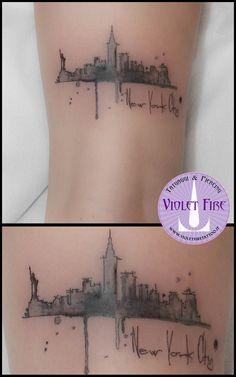 Tatuaggio watercolor new york, new york watercolor tattoo, new york skyline, tatuaggio personaggi, tatuaggio miniatura, tatuaggio trtto fine, fine line tattoo, microtattoo - Violet Fire Tattoo - tatua(Vegan Tattoo)