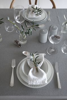 This Christmas you can decorate your table in a more cute and festive way by adding some color. You can set your table in grey, white and green hues. Pink Christmas Decorations, Christmas Table Settings, Christmas Tables, Table Setting Inspiration, Setting Table, Design Inspiration, Table Set Up, Deco Table, Christmas Eve