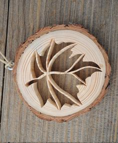 Ornement de feuilles de bois rustique Lornement en bois rustique dépeint une découpe ouvert, dentelle dune feuille. Une tranche de bois provenant de la branche dun pin est la base pour cette décoration originale. Limage complexe a été coupé à la main, à laide dune scie à chantourner. Lécorce est laissé sur le bois et le bois est inachevé pour un look très naturel. Lornement est environ 3 pouces (7,6 cm) de diamètre. Cest un peu moins 1/2 pouce (13 mm) dépaisseur. Lornement est suspendu un…