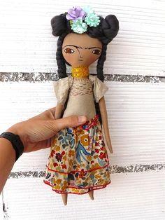 Muñeca Frida Kahlo en algodón y lino. 36 centímetros. nº 19 colección 2017. Pelo de bambú de AntonAntonThings en Etsy