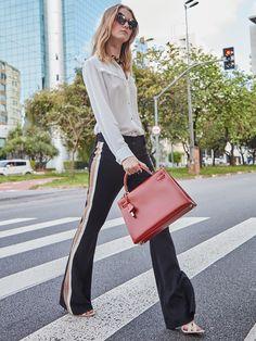 We love! A calça com detalhe de faixas laterais trás modernidade ao look de trabalho! Aposte!  SHOP NOW: http://www.amissima.com.br/