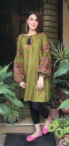 Miss Bushra Kakar Pakistani Fashion Casual, Pakistani Dresses Casual, Pakistani Dress Design, Indian Fashion, Kurti Designs Pakistani, Pakistani Frocks, Kurti Sleeves Design, Sleeves Designs For Dresses, Sleeve Designs For Kurtis
