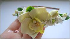 """Обруч Белая Орхидея.Орхидеи похожи на произведения искусства, радуют и обогащают нас своей красотой. И формы этих цветов самые изысканные. Они напоминают то птиц, то бабочек, то ящериц, то лебедей. Тонкие ароматы этих цветов кружат голову. Пожалуй, орхидеи - одно из самых совершенных творений природы, и недаром многие называют их """"аристократами"""" среди растений.Легкий,неповторимый ободок,с цветущей орхидеей,маленькими бутонами,обрамлены розами и белыми цветениями."""