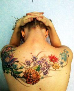 Tattoo Blüten Ranke auf Rücken