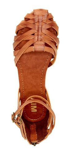 Sandals Summer Shoes Fall / Winter Trends - I cant wait to change the wardrobe. - There is nothing more comfortable and cool to wear on your feet during the heat season than some flat sandals. Shoe Boots, Shoes Sandals, Flat Sandals, Closed Toe Sandals, Brown Sandals, Tan Sandals Outfit, Gladiator Sandals, Closed Toe Summer Shoes, Jesus Sandals
