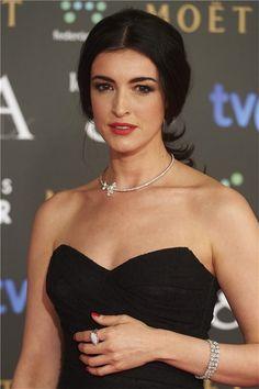 Blanca Romero con collar dorado con incrustaciones en un lateral.