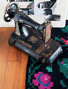 A máquina de costura, garimpada em antiquário, fica no chão, sobre o tapete ucraniano, na casa da estilista Adriana Barra