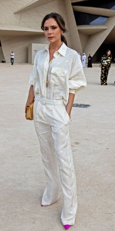 The 6 Perfect Pillars of Victoria Beckham's Summer Capsule Wardrobe Victoria Beckham Summer style: white spotty shirt and trousers Style Victoria Beckham, Victoria Beckham Outfits, Victoria Beckham Fashion, Victoria Beckham Collection, Victoria Fashion, Look Fashion, Trendy Fashion, Fashion Tips, Trendy Clothing