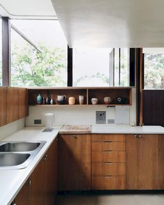 45 Modern Mid Century Kitchen Design Ideas For Inspiration. These days kitchen décor comes in all colors, sizes and eras. The newest trend in kitchens today is the retro kitchen design . Retro Kitchen Tables, Rustic Kitchen Cabinets, Kitchen Furniture, Kitchen Decor, Kitchen Hardware, Kitchen Paint, Kitchen Colors, Furniture Stores, 1950s Kitchen
