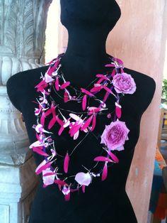 Collar textural con mini rosas y petalos de Gerbera.