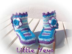 chaussons bottes bébé fille crochetée main dans un fil doux mauve tourquoise blanc et fleur : Mode Bébé par little-yeya
