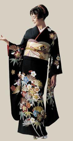 Tomesode: The most formal Kimono for married women. A Kuro-tomesode/Kurotomesode is a black kimono with designs at the bottom, and 5 crests on the Kimono. An Irotomesode is a colored kimono, but has the designs at the bottom, much like the kurotomesode. Traditional Japanese Kimono, Japanese Embroidery, Sashiko Embroidery, Hand Embroidery, Black Kimono, Color Dorado, Japanese Outfits, Japanese Clothing, Kimono Fabric