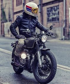 Harley Davidson Bike Pics is where you will find the best bike pics of Harley Davidson bikes from around the world. Estilo Cafe Racer, Cafe Racer Style, Cars Vintage, Vintage Bikes, Motorcycle Style, Motorcycle Helmets, Classic Motorcycle, Cool Motorcycles, Vintage Motorcycles