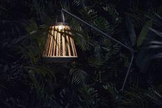 De collectie solar lampen van SUNS biedt net even wat extra's voor je tuin. Jill is daarom ook echt een geweldige aanvulling op deze collectie door de ruime overspanning en de mooie combinatie tussen aluminium en teakhout.
