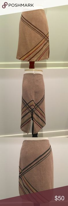 Houndstooth Express skirt Excellent condition, shows no wears. Fully lined. 21 inches long. 15 inch waist. 8.5 inch slit. Dry clean only. Express Skirts