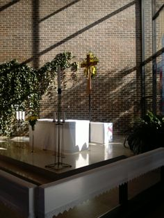 Harjavallan kirkon alttari pääsiäisenä.