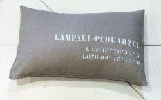 "Coussin 40X60cm ""LAMPAUL-PLOUARZEL Latitude/Longitude"". Couleurs assorties."