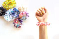 """Como hacer coleteros de tela DIY paso a paso, visto en """"I am a Mess Blog"""" Diy Paso A Paso, Scrunchies, Projects To Try, Blog, Handmade, Ideas Para, Kawaii, Tips, Craft"""