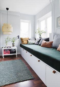 Her er stylistens trick til at indrette små smalle rum optimalt Girls Bedroom, Bedroom Decor, Small Open Plan Kitchens, Cosy Corner, Diy Sofa, Modern Kitchen Design, Cool Rooms, Home Interior Design, Furniture Decor