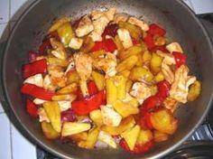 La ricetta del pollo con ananas, peperoni e anacardi è un secondo piatto originale e diverso nel gusto dal solito. Unisce infatti l\'ananas al sapore degli ortaggi, aggiungendo gli anacardi a completamento del sapore. Il tempo di preparazione è di 30 minuti circa.
