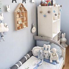 Ein Traum in hellblau und weiß - das liebevoll dekorierte Zimmer der lieben @katharinaandmax! Machts euch gemütlich und habt einen tollen Abend!  #goodmoods #blue #boys #jungenzimmer #jungszimmer #kids #kidsofinstagram #bedroom #colors #blue #white #grey #kinderzimmer #lebenmitkindern #lovely #home #saturday #night
