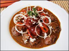 Ze 3 PL sádla a 4 PL hladké mouky uděláme tmavou jíšku a dáme bokem na později.Na rozpáleném zbytku sádla si v hrnci orestujeme nadrobno... Czech Recipes, Ethnic Recipes, New Menu, Thai Red Curry, Stew, Chili, Treats, Cooking, Health