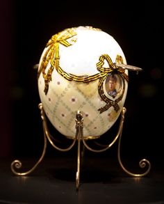 Order of St.George Egg,1916.The surprise is that the 2 medals can be lifted to reveal portraits:Tsarevitch Alexis Nicholas.The receiver was the Dowager Empress Maria wrote:I kiss you 3 times you from the bottom of my heart for your dear postcards delightful egg with the miniatures that dear Fabergé himself came with.Amazingly beautiful.It's so sad not to be together.I wish you,my dear Nicky with all my heart,all the best things in everything.Your warmly loving,old Mama