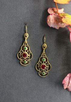 Trachtenschmuck: Ohrringe Viktoria Altsilber vergoldete Ohrringe mit synthetischem Rubin und Alpiniten- Schmuck Steiner Drop Earrings, Jewelry, Ear Jewelry, Rhinestones, Dirndl, Velentine Day, Ear Rings, Silver, Handarbeit
