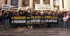 Vestidos de preto, policiais civis fazem protesto no Rio