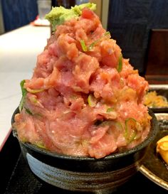 When thinking of sushi, most people also think of the sea, but the signature item at this restaurant is a mountain-like bowl of delicious tuna. Sushi Recipes, Asian Recipes, Ethnic Recipes, Tasty Dishes, Food Dishes, Sushi Bowl, Desert Recipes, Japanese Food, Food And Drink