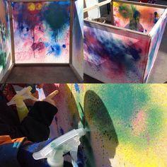 Idag målar vi kuben med sprayflaskor! #förskola #preschool #kindergarten #kub#skapande #ateljerista #ateljé #skapandematerial #reggioemilia #estetiskt #estetiskalärprocesser #inspiration #lärmiljöer