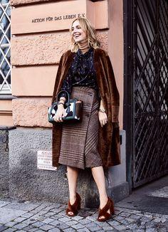 Einfach schick! Mega luxuriöser Traum-Look für alle Gelegenheiten im Leben einer erwachsenen Frau. | @soisblessed #lambskincoat #skirt #blouse @bally #bag